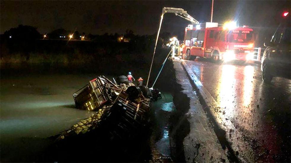 Un camión cayó al arroyo y su conductor murió tras quedar atrapado en la cabina