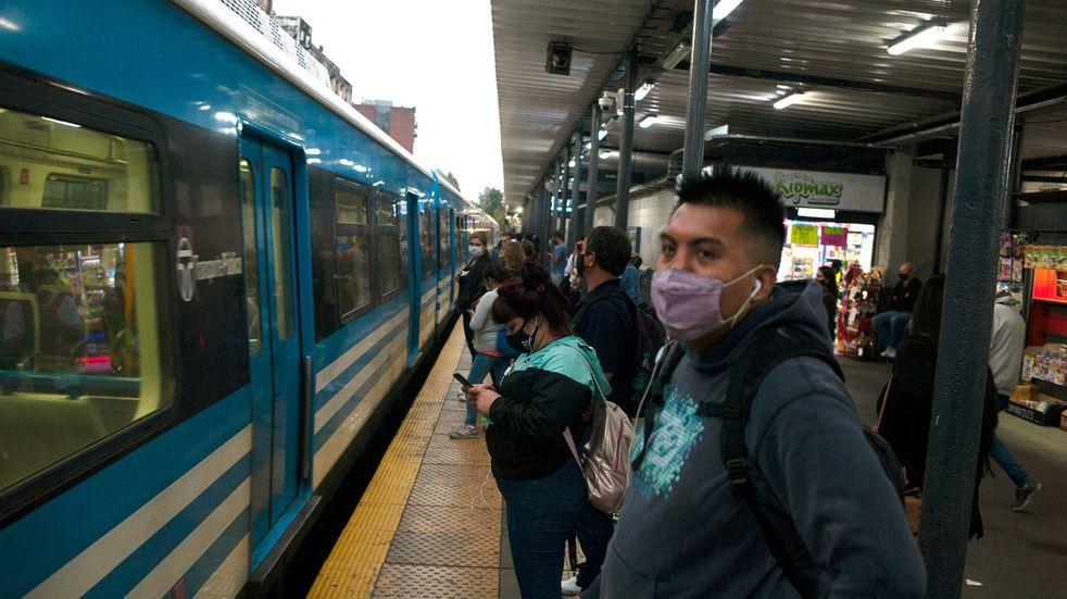 Video: el momento en que un hombre es golpeado brutalmente por un tren en la estación de Liniers