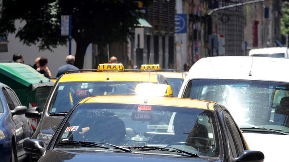 Taxistas piden aumento en Rosario por un desfasaje del 50% en las tarifas