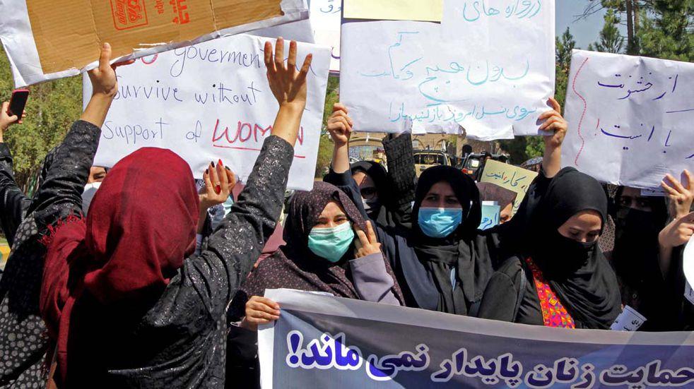 Mujeres afganas reclamaron por su derecho a trabajar. (Foto: Télam)