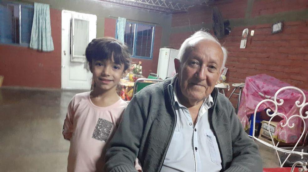 La historia detrás de la foto: quién es el abuelo que enterneció al país