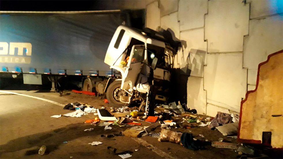 Se presume que el camionero no logró divisar la gran pared al costado de la ruta.