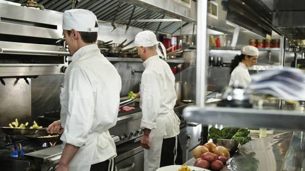 Presentan un proyecto para que se vacune al personal gastronómico y hotelero de Mendoza