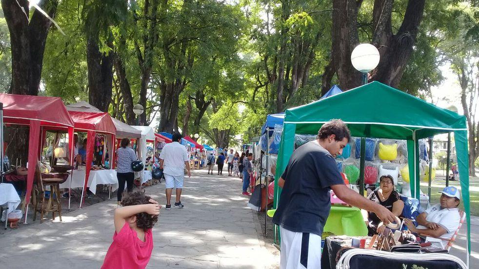Continúa la tensión entre manteros y feriantes en el Parque San Martín
