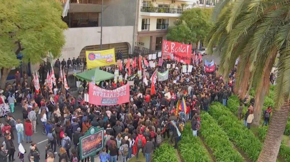 Centenares de personas reclamaron proteger el Amazonas frente a la embajada de Brasil
