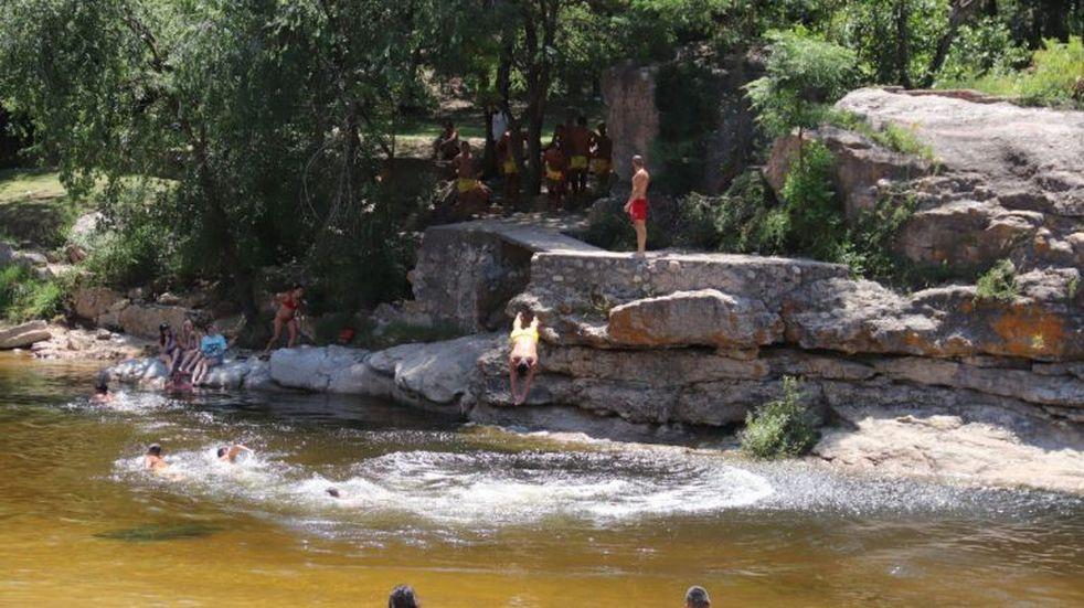 Rescataron a un hombre y a su hija de las aguas del río San Antonio
