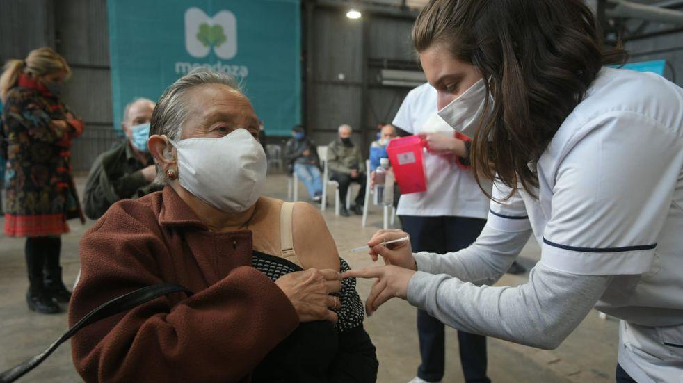 Vacuna Covid-19 Mendoza: habilitaron la combinación de dosis para mayores de 50 años