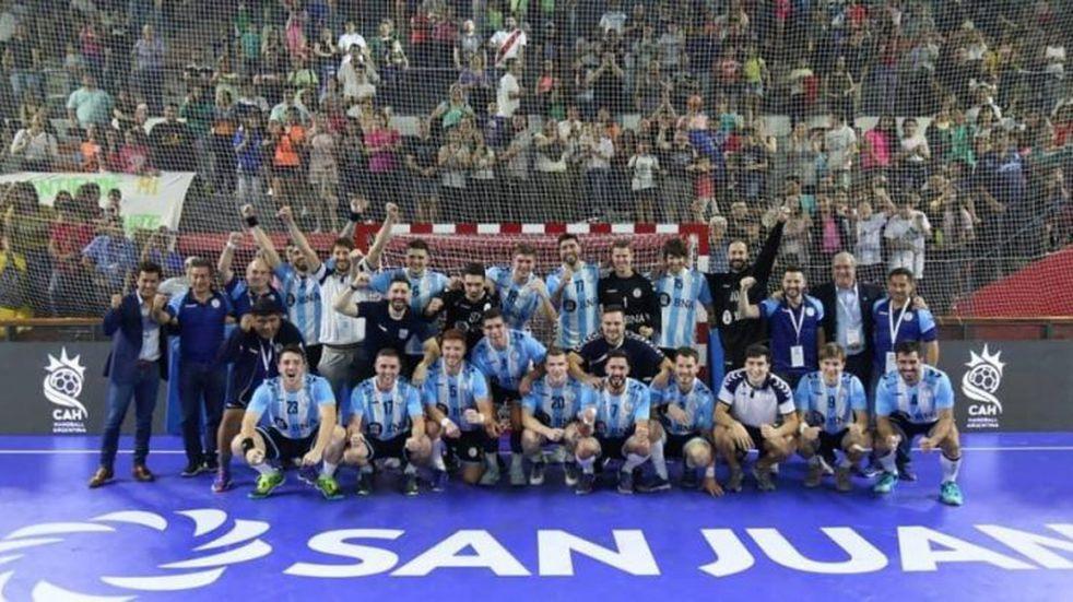 El seleccionado masculino de handball se coronó campeón del Cuatro Naciones disputado en San Juan (Foto: Twitter/CAHandballARG)