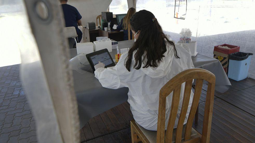 Una fuerte caida en el número de casos de Coronavirus registró esta última semana. Orlando Pelichotti/Los Andes  Testeos en el Centro de testeos rápidos en el Julio Le Parc  Foto: Orlando Pelichotti
