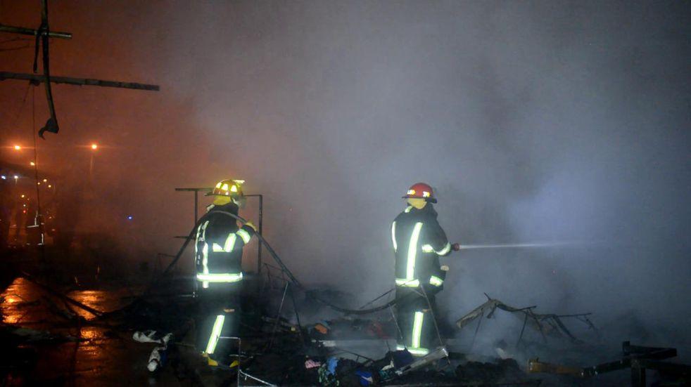 Un incendio destruyó una feria americana en un barrio salteño