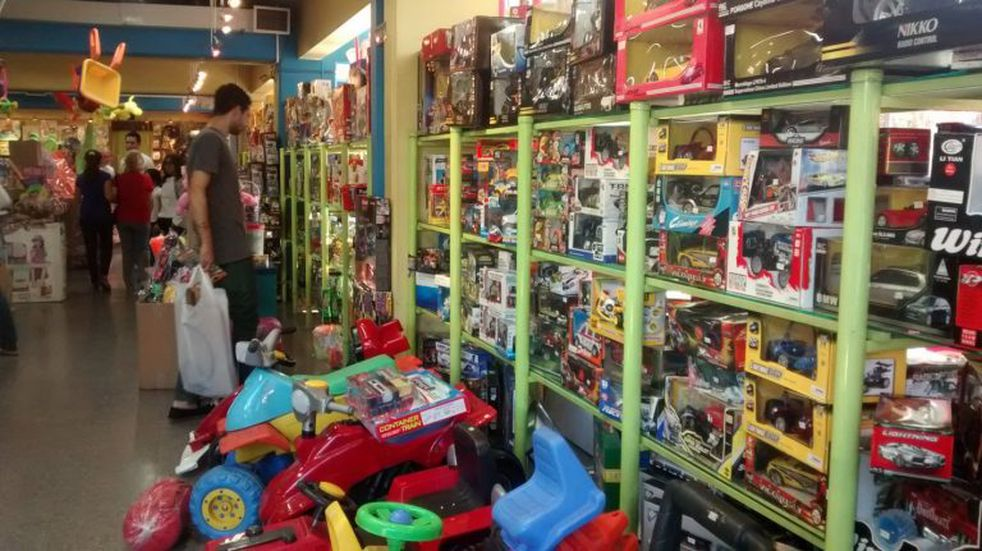 """Para incentivar a los clientes lanzan la """"Noche de las jugueterías"""""""