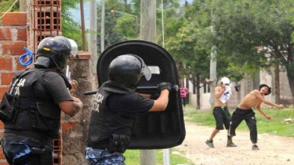 En año nuevo vecinos de dos barrios de enfrentaron entre ellos y luego con la policía