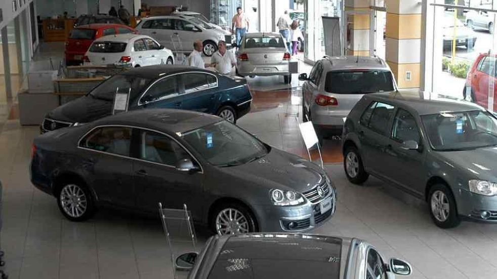 Furia en Caballito: un hombre destrozó un auto en una concesionaria