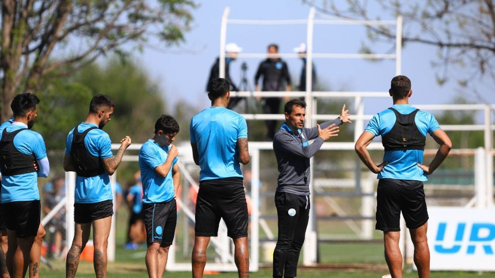 Guillermo Farré le habla a sus dirigidos en la práctica (Prensa Belgrano)