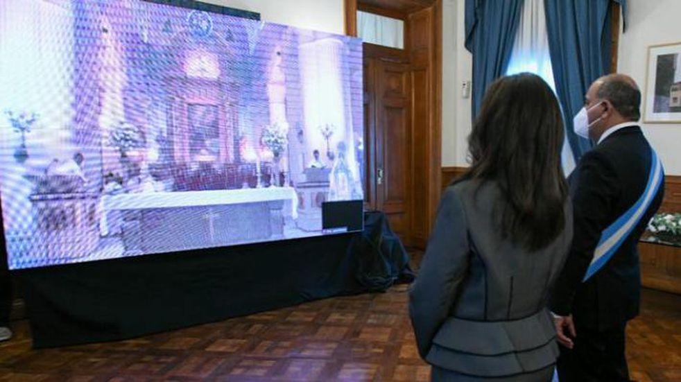 El gobernador, Juan Manzur y su esposa, Sandra Mattar Sabio, participaron de manera virtual del Solemne Tedeum