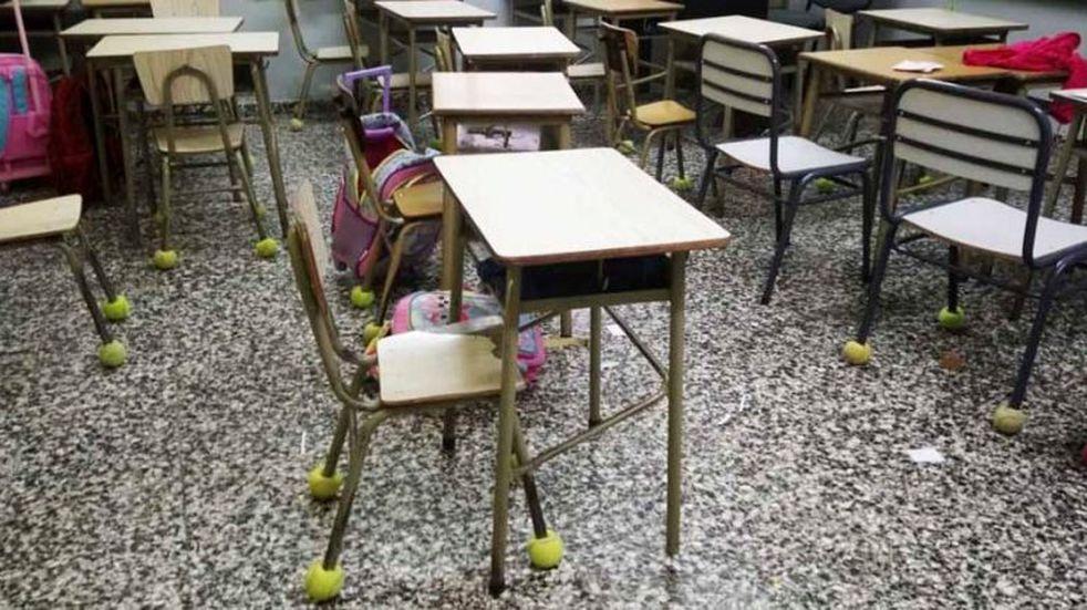 Una escuela de Colonia Barón pone pelotas de tenis en las patas de las sillas para que no hagan ruido