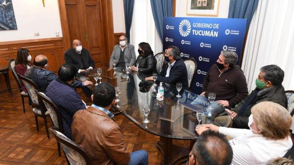 El Gobierno de Tucumán abonará por adelantado el incremento salarial del 15% a los estatales