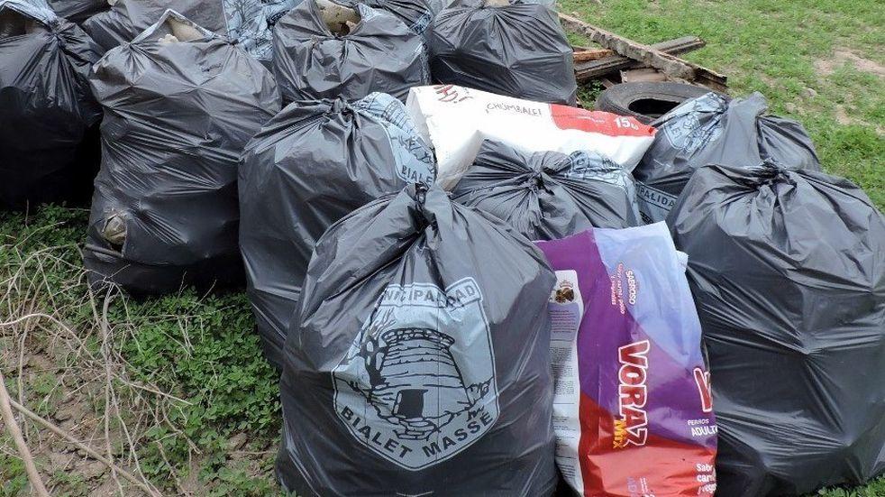 Vecinos de Bialet Massé se sumaron a la limpieza del lago San Roque