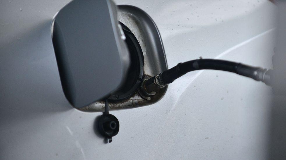 Se prendió fuego un bidón de nafta en una estación de servicio en Viedma y quedó todo grabado