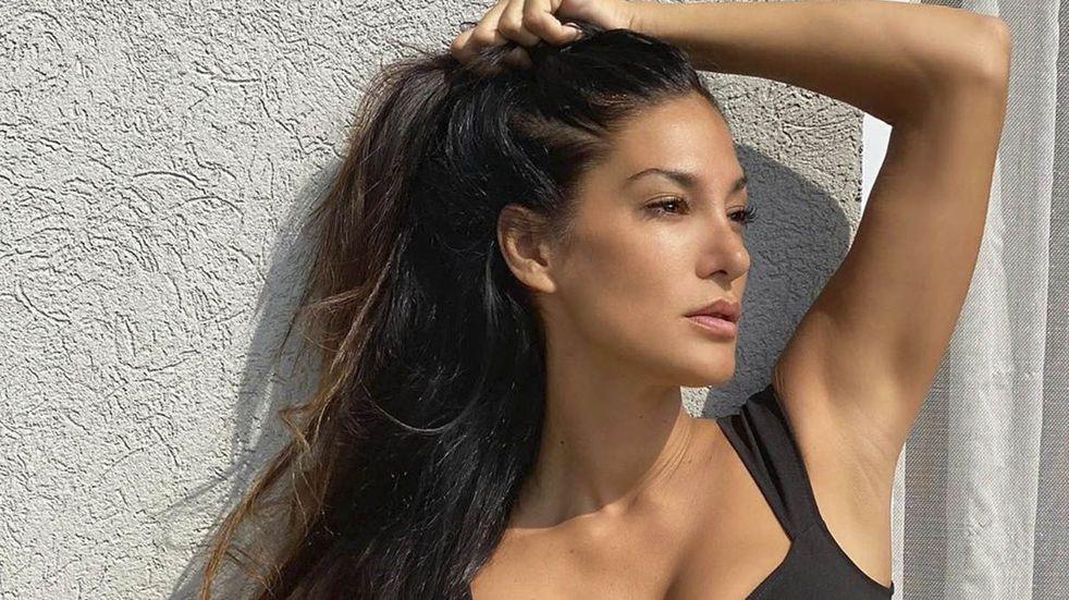 Silvina Escudero posó de espaldas con un top y pantalón blanco