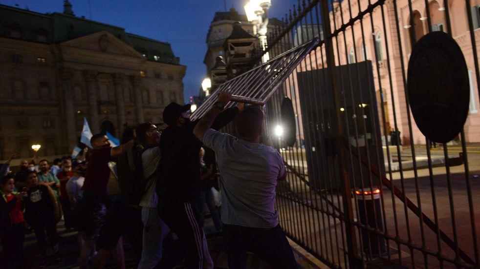Protesta contra el Gobierno finaliza con incidentes frente a la Casa Rosada