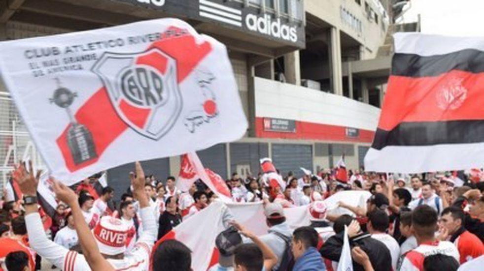 Banderazo de River en la previa al Superclásico de Copa Argentina