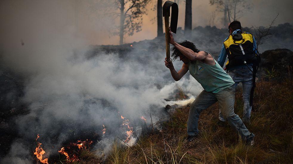 Bomberos de Arroyito se suman a la lucha contra el fuego en las Sierras