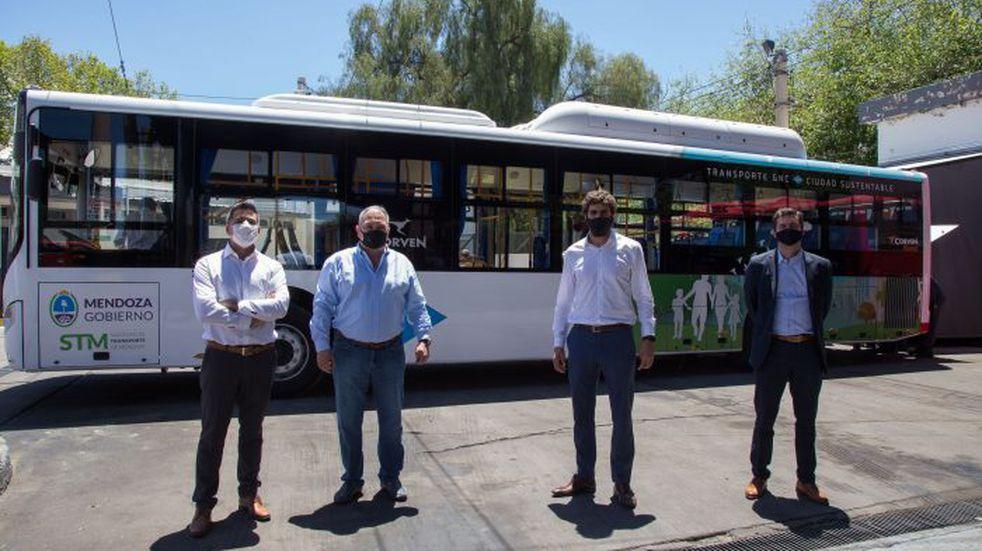 Presentaron la primera unidad de transporte público de pasajeros 100% a GNC