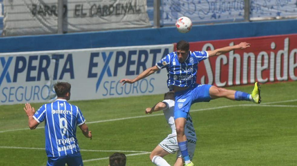 El Tomba busca seguir por el camino de las victorias. Enfrenta a Sarmiento en el Gambarte. /Ignacio Blanco- Los Andes