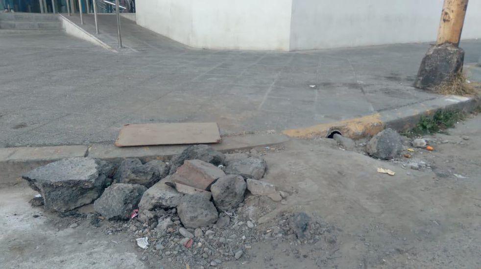 Vecinos salteños improvisaron una rampa con tierra y escombros por la falta de acción municipal