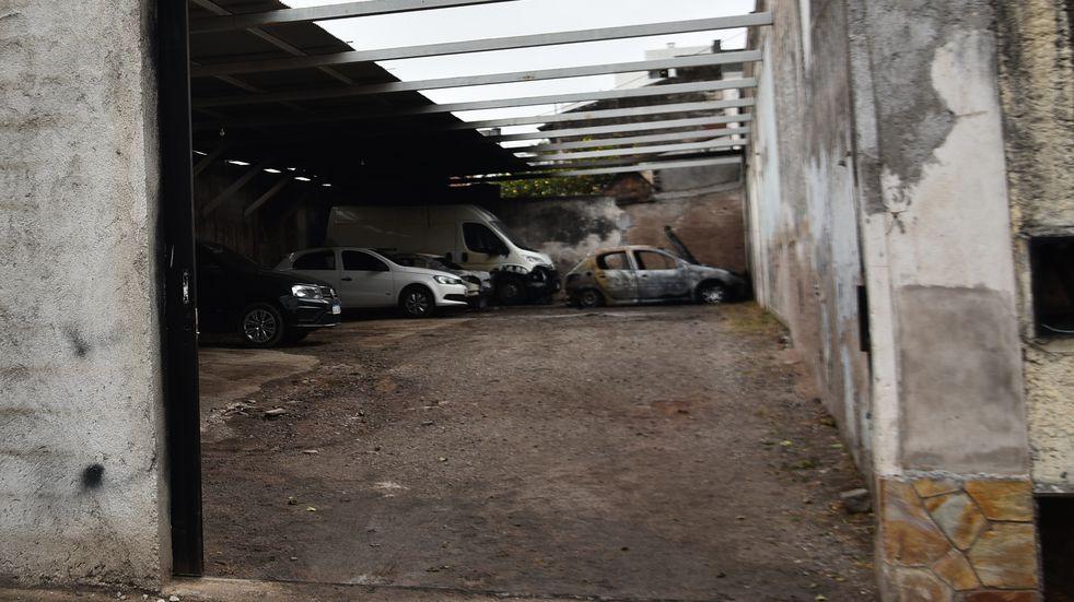 Se prendieron fuego cuatro vehículos en una cochera de Bajo General Paz