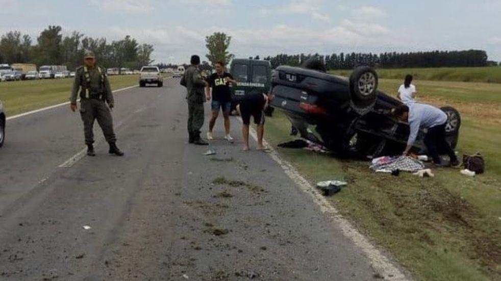 Terrible choque y vuelco en la Autopista a Córdoba con cuatro heridos