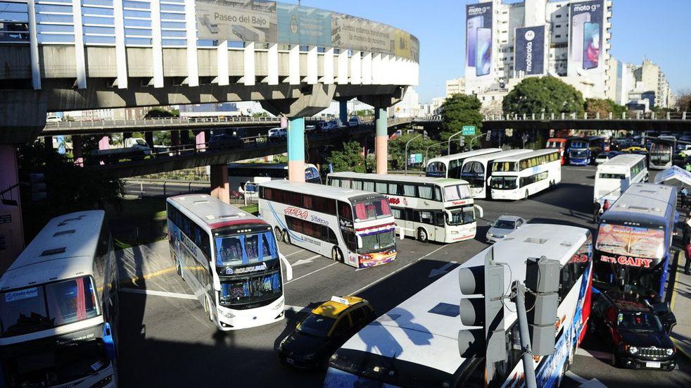 Choferes de micros de turismo volvieron a cortar la avenida 9 de Julio