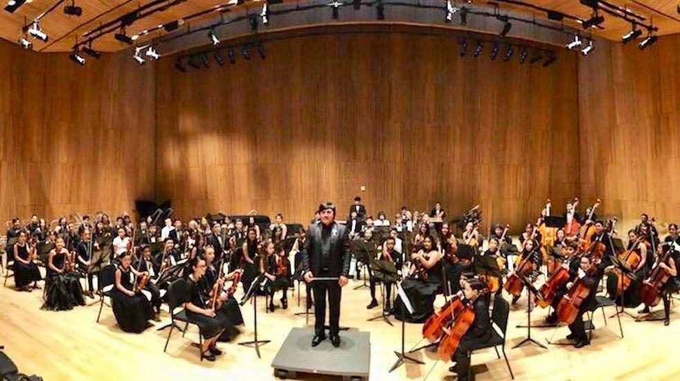 El maestro Sergio Jurado y músicos integrantes del Sistema de Orquestas Juveniles de Jujuy, en una presentación en Nueva York.