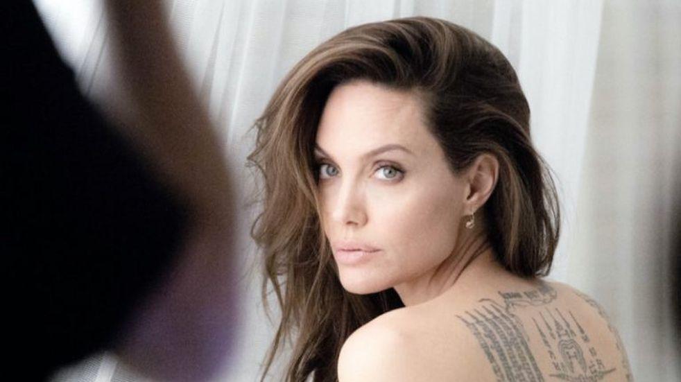 Angelina Jolie contó que no puede salir del país con sus hijos, y para hacerlo se animó a un total desnudo