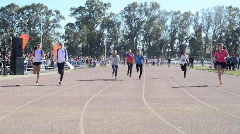 Casi 400 chicos se integran en jornada de atletismo