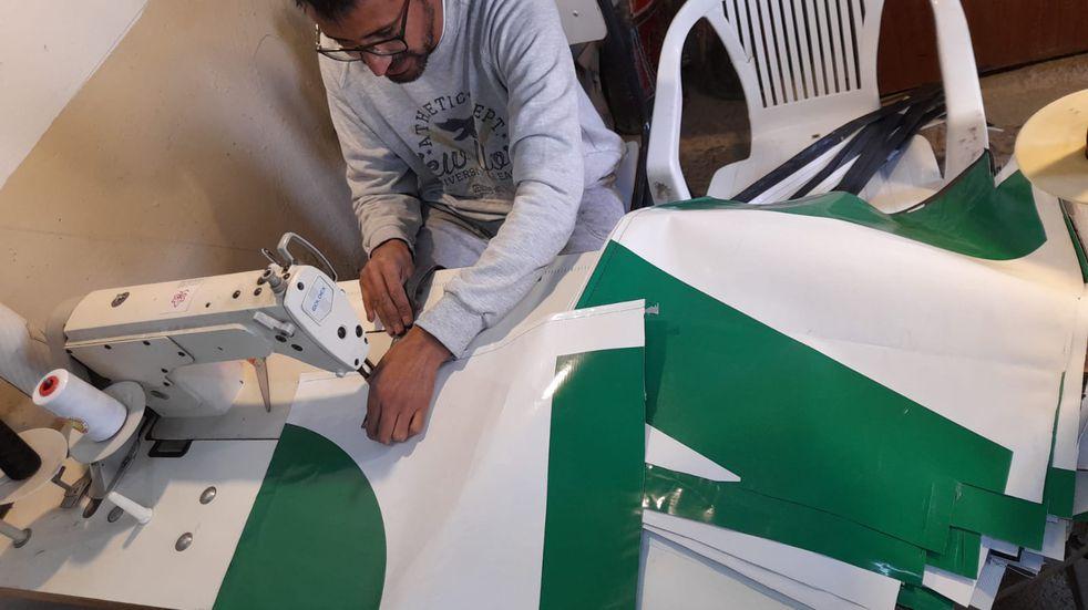 Miembro del proyecto Reiniciar creando bolsas reutilizables.