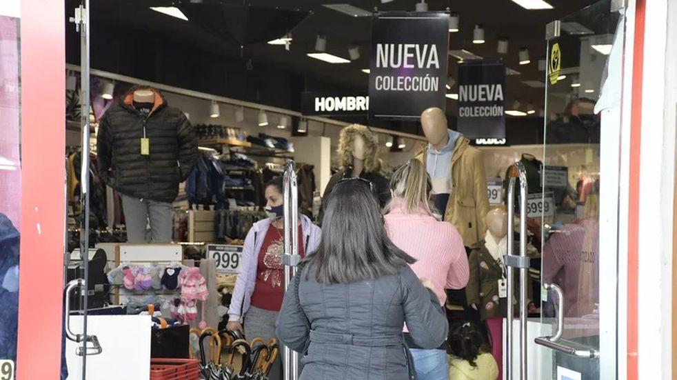 Un relevamiento realizado en los comercios del centro de San Luis desmostró que sigue dividido respecto del horario de atención. Gentileza El Diario