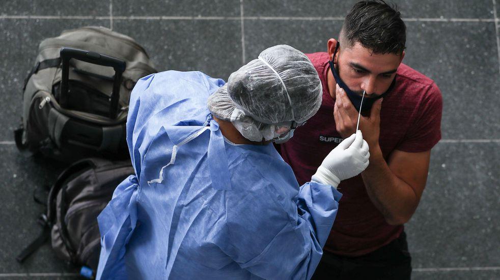 Una persona realiza una prueba para detectar la covid-19. (Foto: EFE/ Juan Ignacio Roncoroni)