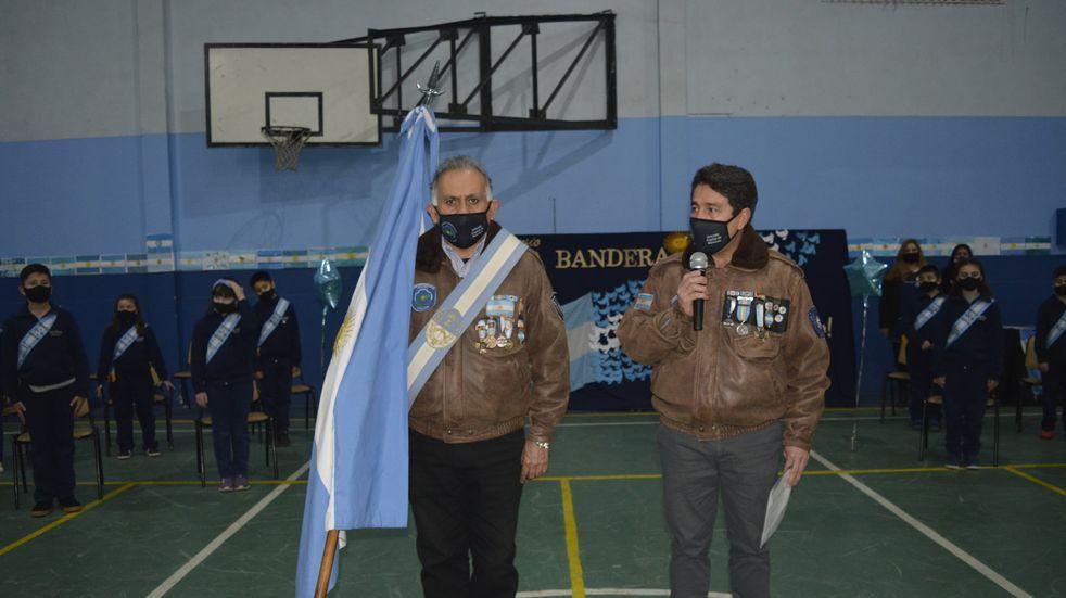 Veteranos de la Guerra de Malvinas tomaron la promesa a la bandera a alumnos de Ushuaia