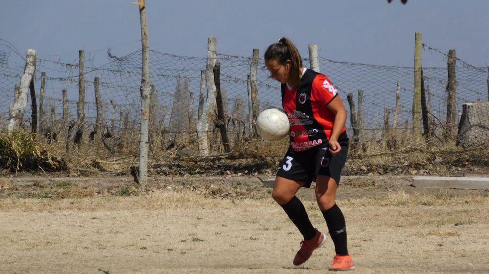 Adriana Astudillo, la joven mendocina que llegó a dirigir un equipo de fútbol.