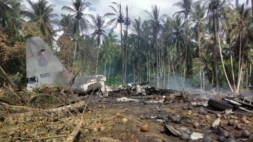 Al menos 31 muertos al estrellarse un avión militar en Filipinas
