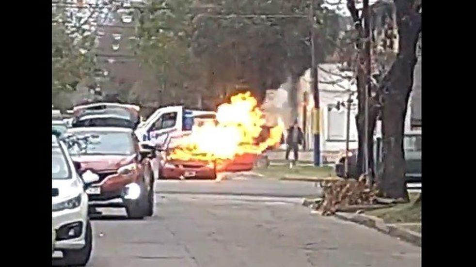 Un auto se prendió fuego en plena calle y generó temor en vecinos