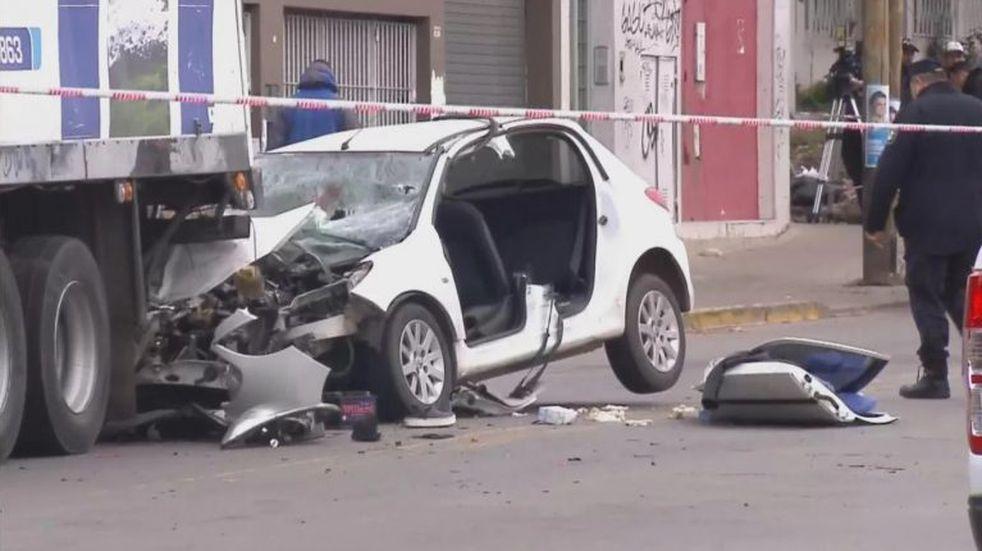 Un auto se incrustó contra un camión en Quilmes: murieron dos hermanas, su prima y el conductor está grave