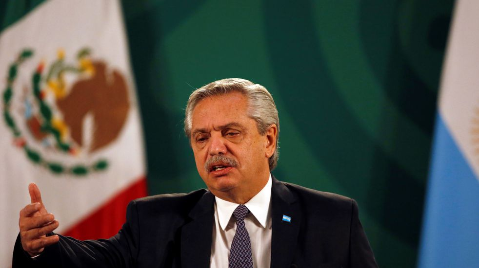 Alberto Fernández denunció desde México que los laboratorios están incumpliendo los contratos por las vacunas