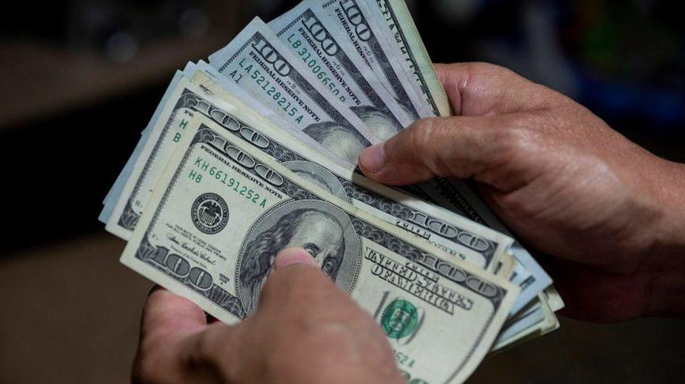 El dólar oficial subió a $ 83,27 y el contado con liquidación aumentó 2,40%, a $ 169