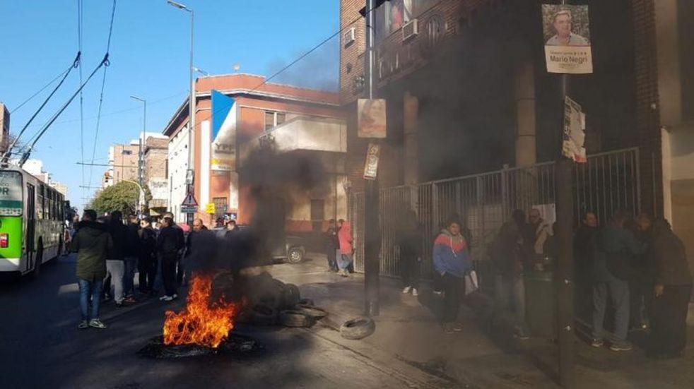 Choferes despedidos tomaron la sede de UTA en Córdoba