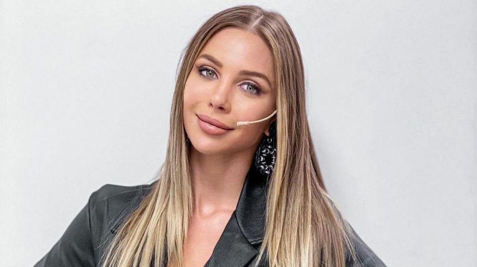 Body blanco y de importante cavado: el look de Romina Malaspina en su faceta de cantante