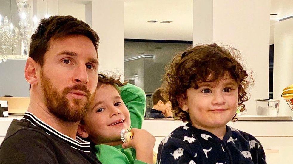 """La """"Pulga"""" le dedicó parte del domingo a ver fútbol acompañado por sus hijos y su esposa Antonela Roccuzzo."""