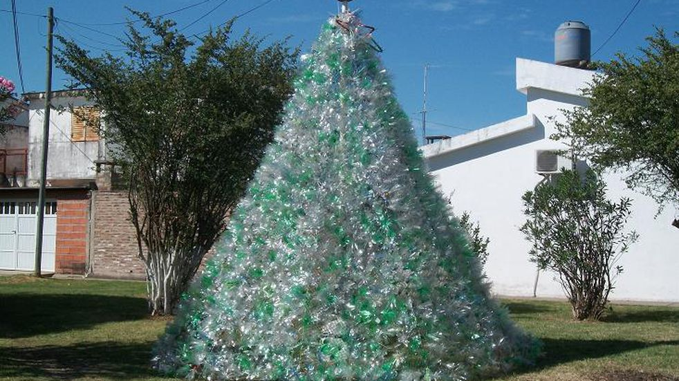 En Crespo construyeron un árbol con 2.800 botellas recicladas